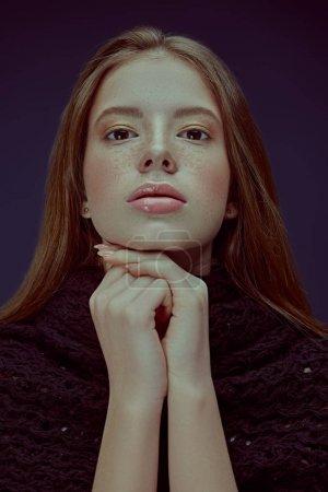 Photo pour Portrait d'une jolie adolescente moderne regardant la caméra. Portrait studio sur fond bleu foncé . - image libre de droit
