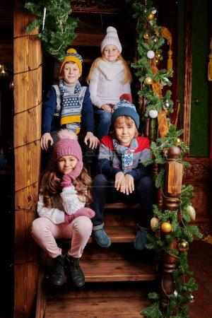 Photo pour Joyeux Noël et Bonne Année ! Des amis heureux célèbrent Noël à la maison, joliment décorés pour les vacances. Parti des enfants. - image libre de droit