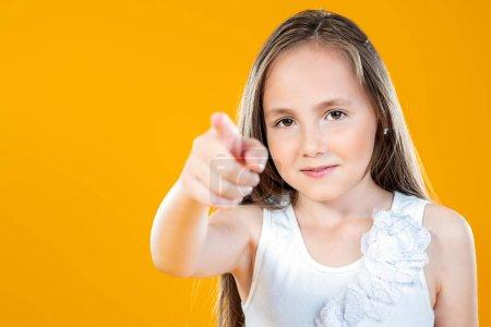 Photo pour Portrait d'une jeune fille joyeuse sur fond jaune. Beauté, été, mode . - image libre de droit
