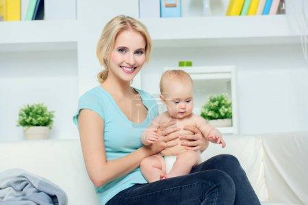 Photo pour Portrait d'une jeune maman heureuse avec son petit bébé à la maison. Notion de famille. Soins de santé, pédiatrie. - image libre de droit