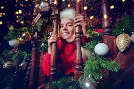 Photo pour Joyeux Noël et Bonne Année ! Une joyeuse fillette s'amuse à Noël à la maison. - image libre de droit