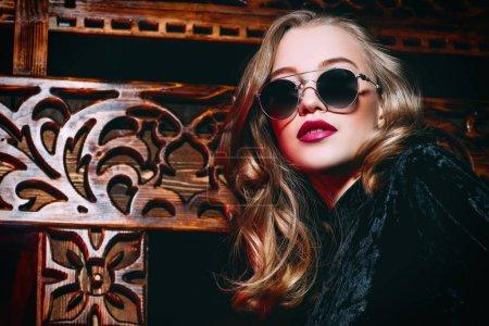 Photo pour Un portrait de plan rapproché d'une dame confiante utilisant des glaces. Beauté, maquillage, style, optique. - image libre de droit