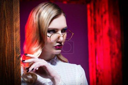 Photo pour Un portrait d'une dame de confiance portant des lunettes de près. Beauté, maquillage, style. - image libre de droit