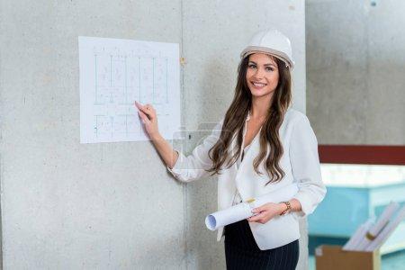 Photo pour Femme d'affaires présentant le plan de l'architecte. Présentation lors d'une réunion d'affaires au bureau . - image libre de droit