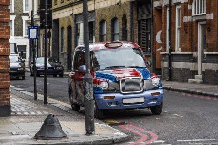 Photo pour Taxi londonien, debout sur une rue - image libre de droit