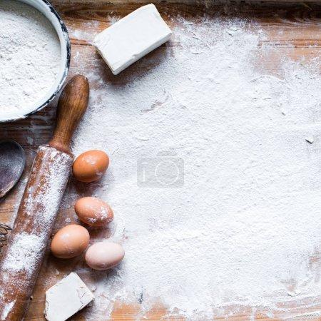 Photo pour Ingrédients pour la cuisson - farine, pâte sur fond de bois - image libre de droit