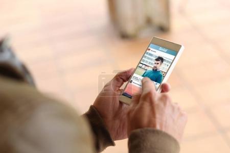 Photo pour Homme de toucher l'écran du smartphone avec réseau social photo - image libre de droit