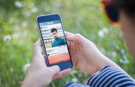 Photo pour Vérification des smartphone avec réseau social photo de femme - image libre de droit