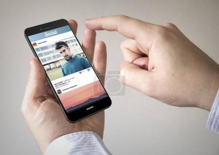 Photo pour Homme à l'aide de smartphone avec réseau social photo sur l'écran - image libre de droit