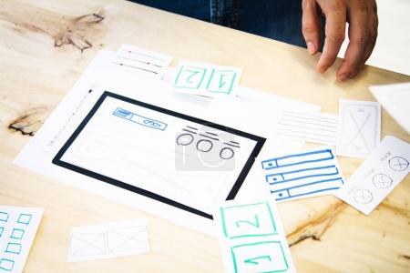 Photo pour Site web brainstorming. Designer travaillant au bureau - image libre de droit