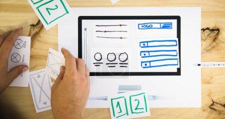 Photo pour Mains conception wireframe au bureau - image libre de droit