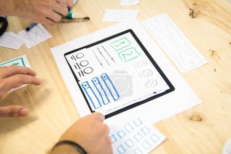 Photo pour Vue rapprochée des mains conception application tablette - image libre de droit