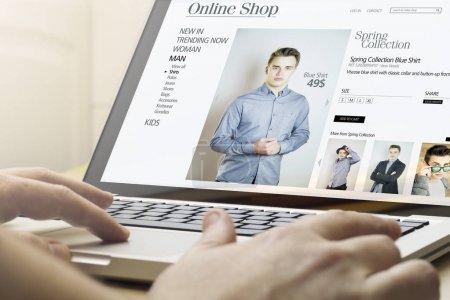 Photo pour Homme faire courses en ligne avec ordinateur portable - image libre de droit