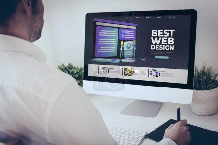 Photo pour Designer web indépendant travaillant avec un ordinateur et un stylo graphique - image libre de droit