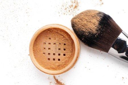 Photo pour Brosse de maquillage avec bocal poudre cosmétique détachée pour le visage isolé sur blanc fond avec copyspace. - image libre de droit