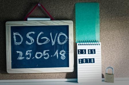Photo pour Conseil avec l'inscription DSGVO (Règlement général sur la protection des données) en anglais RGPD (Règlement général sur la protection des données) avec un ordinateur portable et cadenas pour l'introduction du DSGVO dans l'UE le 25.05.2018 - image libre de droit