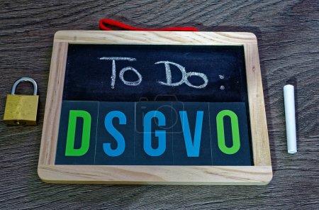 Photo pour Board To Do DSGVO (Règlement général sur la protection des données) en anglais To Do GDPR (Règlement général sur la protection des données) avec ordinateur portable et cadenas pour l'introduction du DSGVO dans l'UE le 25.05.2018 - image libre de droit