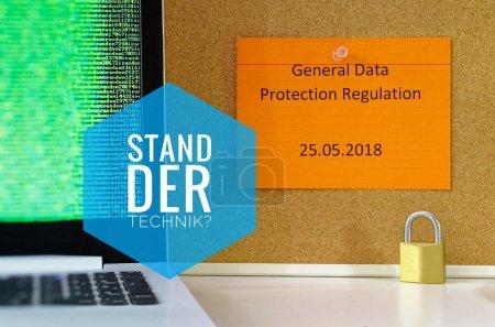 """Photo pour Panel avec l'inscription """"state of the art"""" (DSGVO) Règlement sur la protection des données RGPD avec ordinateur portable et cadenas pour l'introduction du DSGVO dans l'UE le 25.05.2018 - image libre de droit"""