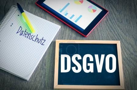 Photo pour Plaque avec l'inscription DSGVO (Datenschutzgrundverordnung) et Datenschutz en anglais RGPD (Règlement général sur la protection des données) et Protection des données avec une tablette et un bloc pour l'introduction du DSGVO dans l'UE - image libre de droit