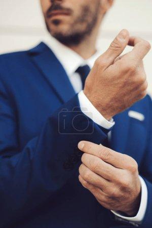 Photo pour Portrait en gros plan d'un élégant mannequin masculin portant un costume . - image libre de droit