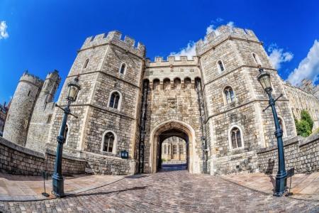 Photo pour Château de Windsor avec porte près de London, United Kingdom - image libre de droit