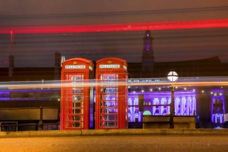 Photo pour Cabines de téléphone rouge dans la nuit à Londres, Angleterre, RU - image libre de droit