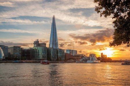 Photo pour Ligne d'horizon avec l'architecture moderne contre le coucher de soleil coloré à Londres, Angleterre, RU - image libre de droit