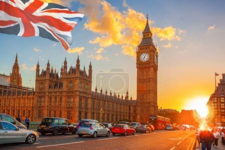 Photo pour Big Ben contre le coucher de soleil coloré à Londres, Royaume-Uni - image libre de droit