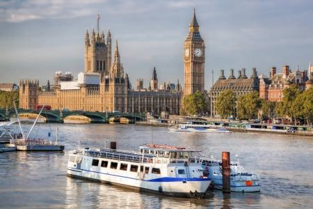 Photo pour Big Ben et les chambres du Parlement avec bateau à Londres, Angleterre, RU - image libre de droit