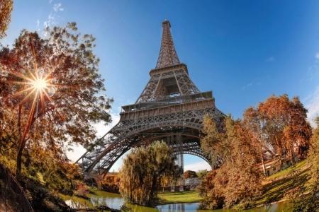 Photo pour Tour Eiffel avec feuilles d'automne à Paris, France - image libre de droit