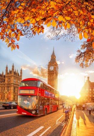 Photo pour Bus avec automne feuilles contre Big Ben à Londres, Angleterre, RU - image libre de droit