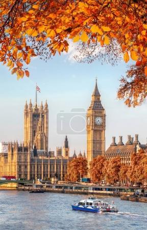 Photo pour Big Ben avec automne quitte Londres, Angleterre, Royaume-Uni - image libre de droit