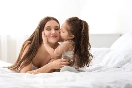 Photo pour Bonne mère avec petite fille dans sa chambre - image libre de droit
