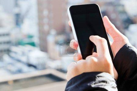 Photo pour Appareils mobiles, Image rapprochée de l'utilisation du téléphone intelligent mobile - image libre de droit