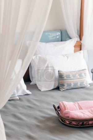 Photo pour Image de détail du lit de luxe - image libre de droit