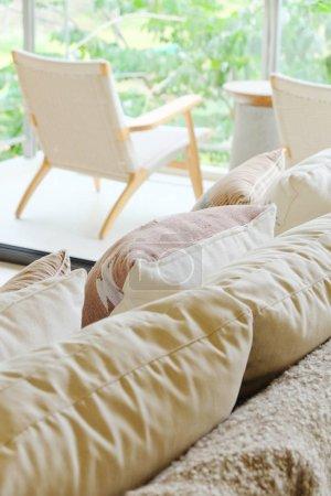 Photo pour Image détaillée de Coussin sur canapé dans le salon moderne - image libre de droit