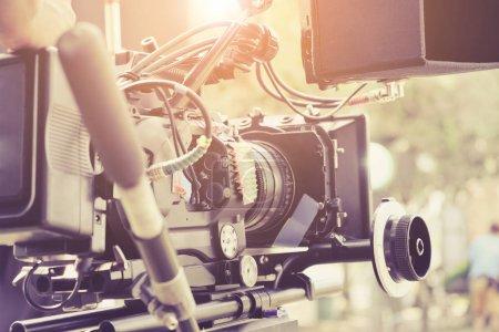 Photo pour Caméraman avec sa caméra vidéo, tournage, mains réglage caméra, équipe de production du film, derrière l'arrière-plan des scènes. - image libre de droit