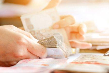 Photo pour Gros plan image de décompte manuel féminin l'argent, l'expérience des affaires comptables - image libre de droit