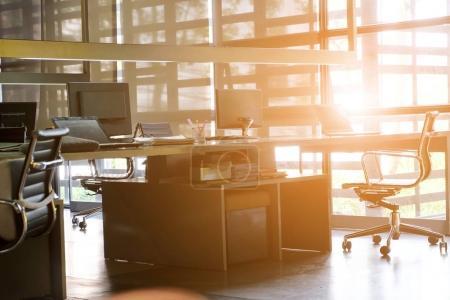 Photo pour Bureau, image de fond intérieur de bureau moderne. Une idée de l'espace de travail moderne et espace de coworking, mode de vie moderne, Gig économie - image libre de droit