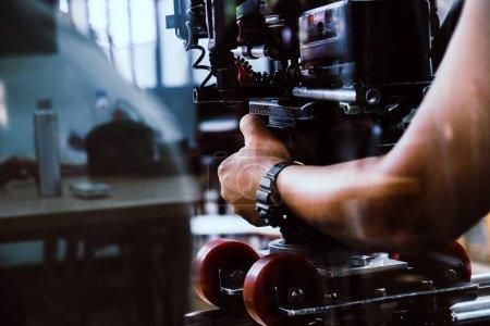 Photo pour Equipe de tournage, cameraman tournage scène de film avec caméra - image libre de droit