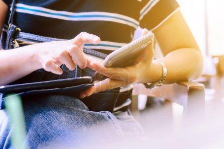 Photo pour Gros plan image de la femme à l'aide d'un téléphone intelligent - image libre de droit