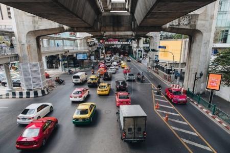 Photo pour Bangkok, Thaïlande - 12 décembre 2017: Voitures et véhicules sur la route à Bangkok, Thaïlande - image libre de droit