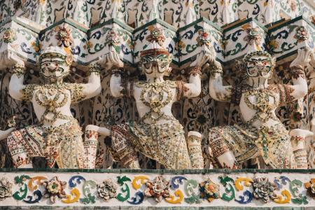 Photo pour Statues antiques traditionnelles décoratives sur le temple à Bangkok, Thaïlande - image libre de droit