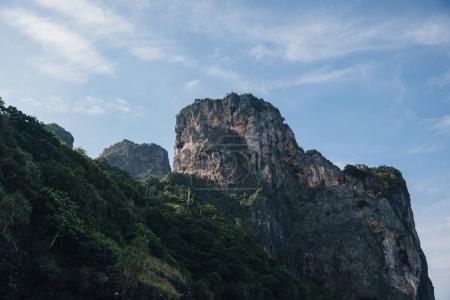 Photo pour Beau paysage avec falaises pittoresques et végétation verte à l'île de Phi-Phi, Thaïlande - image libre de droit