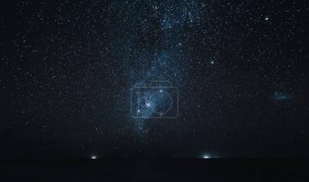 Photo pour Ciel étoilé incroyable au-dessus de l'océan la nuit, île de Thoddoo, Maldives - image libre de droit