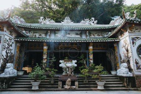 Foto de Hermosa arquitectura de edificio vietnamita tradicional decorado con mosaicos y esculturas, Da Nang, Vietnam - Imagen libre de derechos