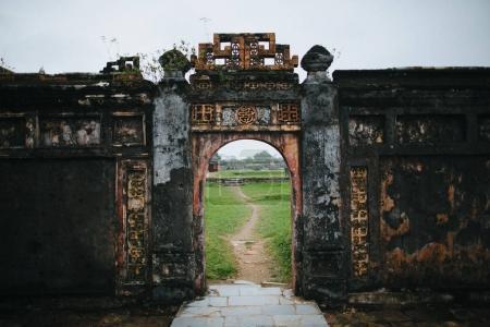 Foto de Ruinas de las antiguas puertas con símbolos orientales en Hue, Vietnam - Imagen libre de derechos