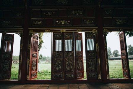 Photo pour Portes décoratives dans le bâtiment oriental traditionnel, Hué, Vietnam - image libre de droit