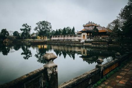 Photo pour Bel étang calme et ancienne architecture orientale à Hue, Vietnam - image libre de droit