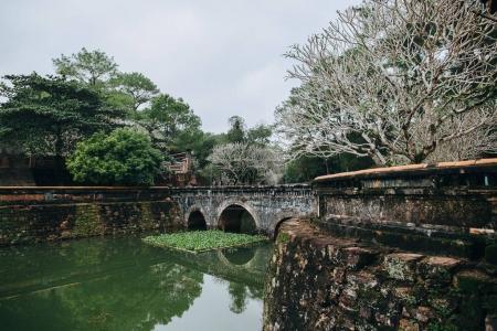 Photo pour Magnifique étang calme dans le parc, Hué, Vietnam - image libre de droit